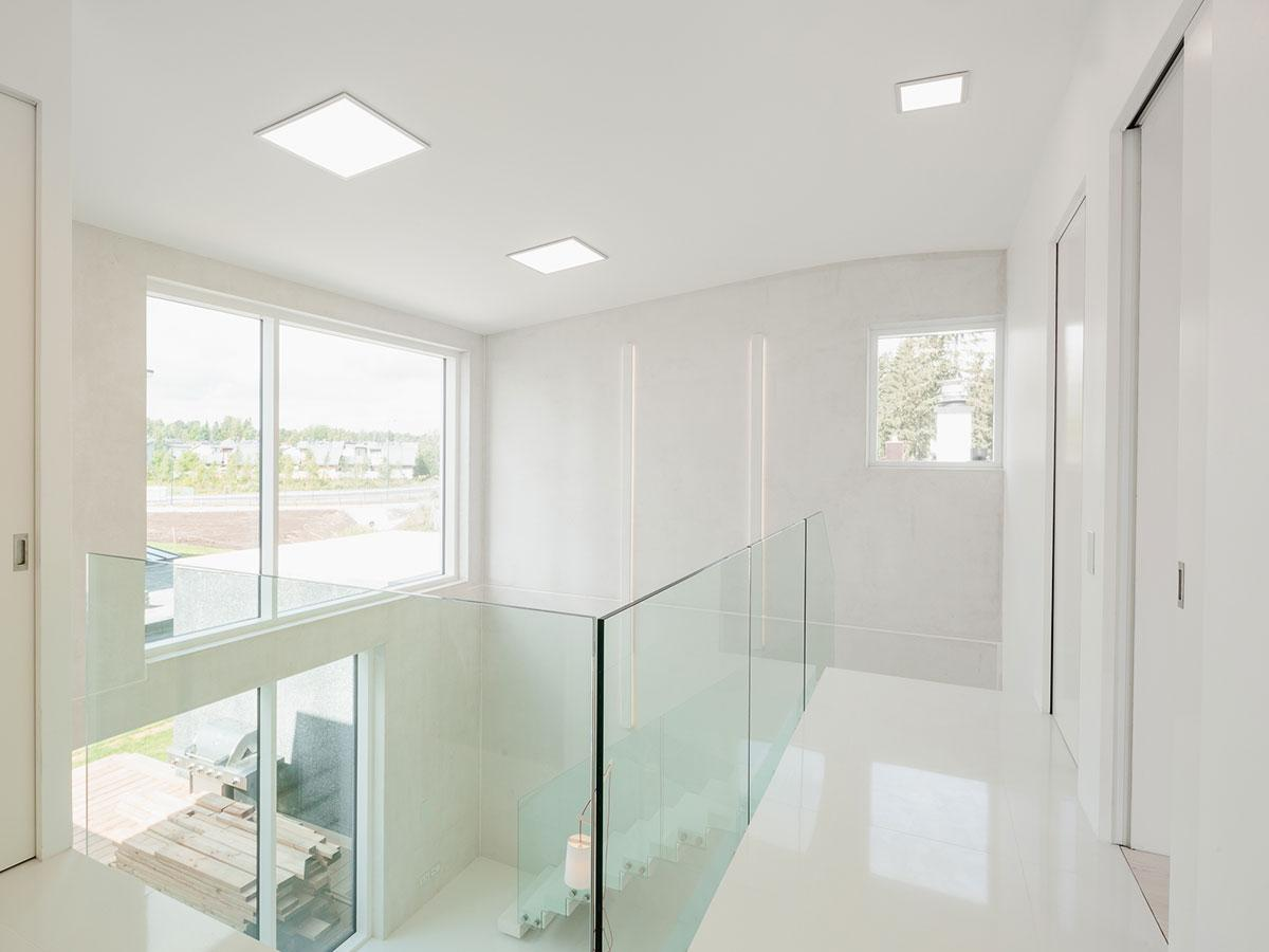Lasielementit sisustuksessa edistävät kodin valoisuutta antamalla valon virrata esteettä läpi asunnon